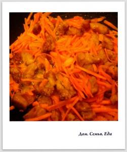 Плов. Обжарить морковь и лук