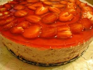 Творожно-клубничный бисквитный торт без выпечки