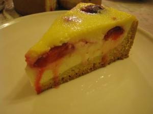 Пирог с творогом и сливами в сметанной заливке