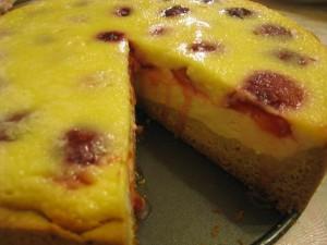 Пирог с творогом и сливами в заливке